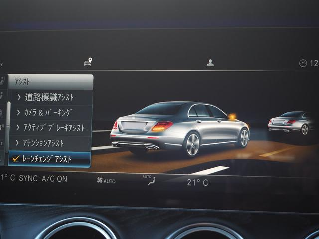 【レーンキープアシスト】60km/h以上で走行中に、クルマが走行中に車検をがずれていることをカメラが検知すると、ステアリングが微振動をして、ドライバーい警告をします。