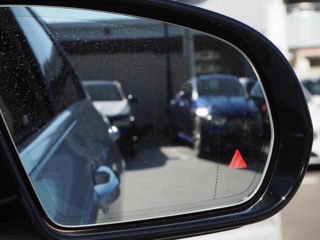 【ブラインドスポットアシスト】車線変更時などドアミラーの死角となるエリアをモニタリングしてくれます。また他車がいる場合ドアミラーにランプが付き、さらに気付かずウィンカーを出すとブザーで警告してくれます