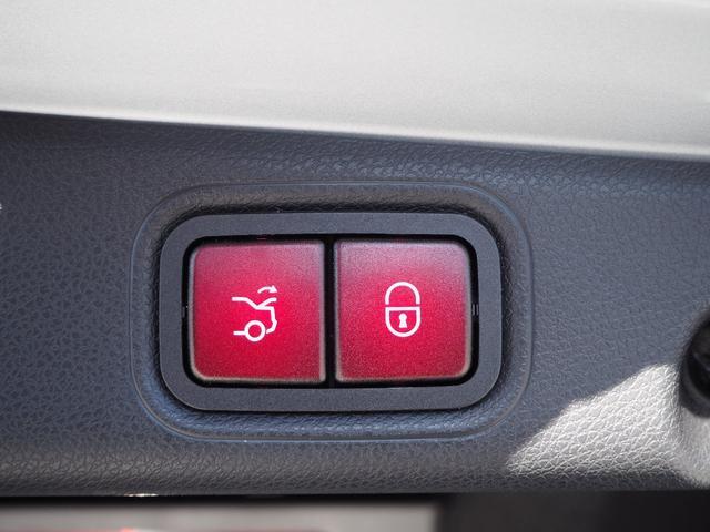 【電動リアゲート】ワンタッチで開閉が可能な電動リアゲートです。リモコンコーかトランクルームのスイッチを押せば自動で出来るため非常に便利な機能です。