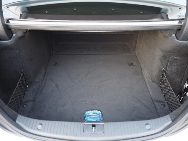 【ラゲッジルーム】5名乗車時でもラゲッジルームのスペースは十分に確保できます。またラゲッジ下にも収納して頂けます。