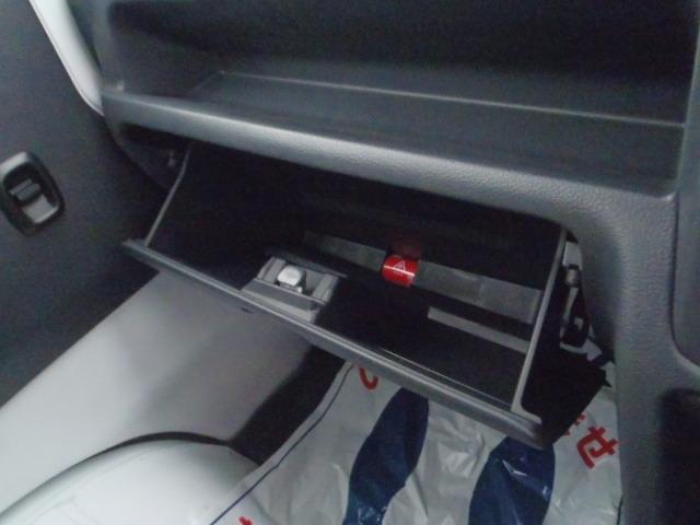 グローブボックスです。車検証はこちらに。