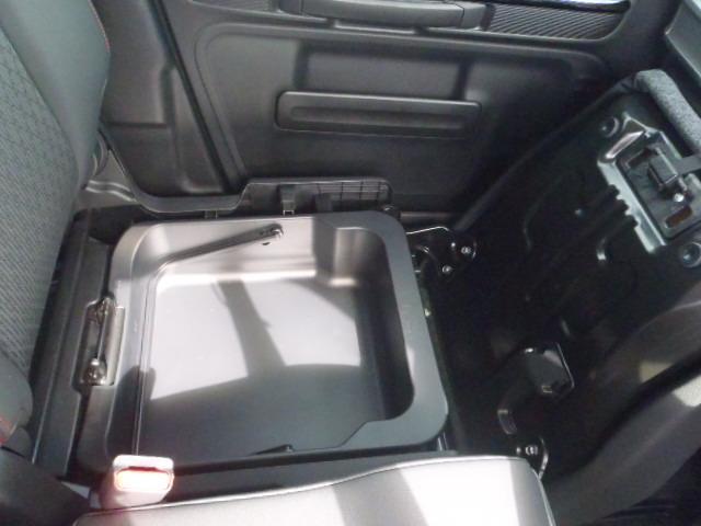収納に便利な助手席シートアンダーボックスです