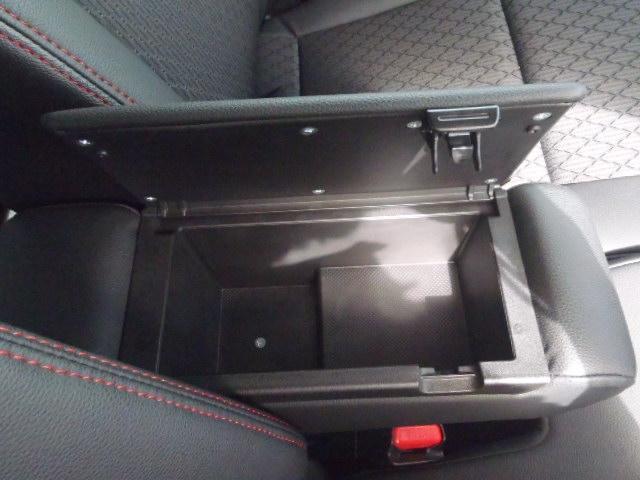 運転席にアームレストがあり、小物入れにもなっています