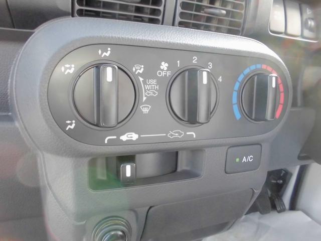 マニュアルエアコン付きですので季節を問わず快適に運転できます。