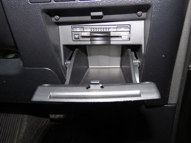 肩までしっかり包み込むフロントシートは、快適な座り心地です。助手席には、ロングスライド機能と手動式オットマンが付いています。
