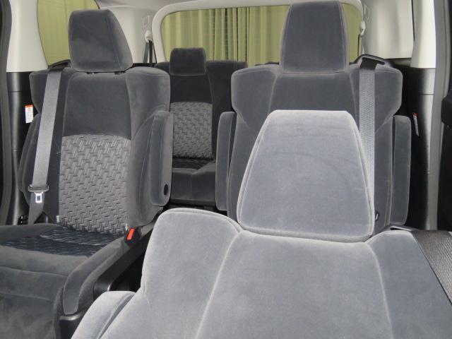 キング&クィーンは、このセカンドシートが指定席です。手動式オットマンを出して、ゆったりお座りください。