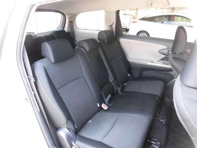 サードシートは足元は狭く、大人の方だと、とても窮屈で、おすすめできません。