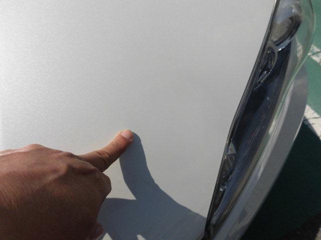 右フロントフェンダーには塗装の剥がれがございます。