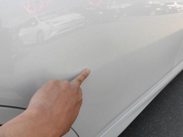 同じく右リヤドアにある傷で塗った跡がございます。