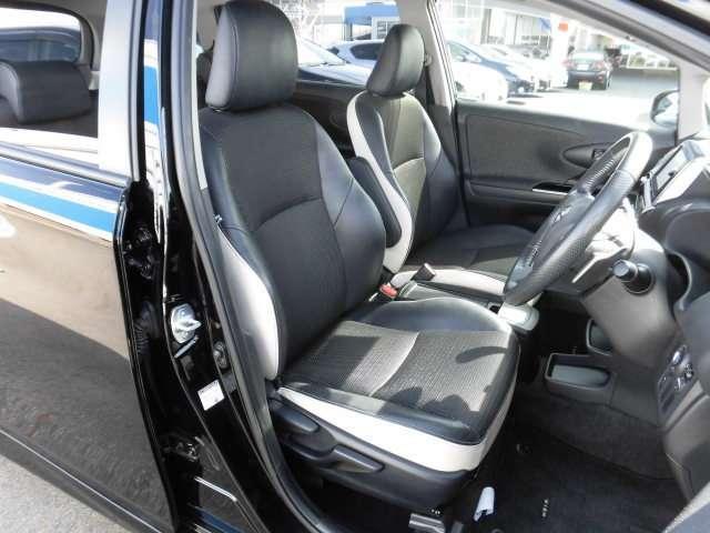 特別仕様車であるこの車のシートはファブリックと合皮のコンビシートでシートのサイド部分はホワイトカラーとなっていて高級感がございます。