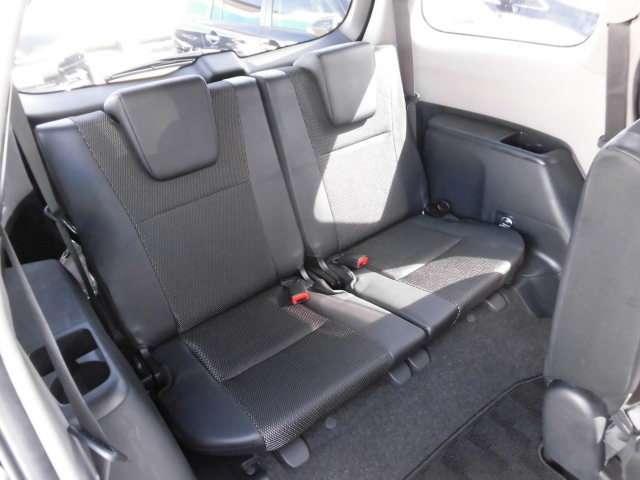 サードシートへはセカンドシートを前方に倒して乗り込むので、乗り降りしずらいです。シートは小さく、足元も狭く、大人の方だと、とても窮屈で、サードシートに乗るのはおすすめできません。