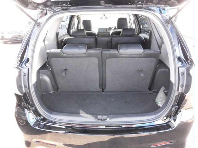リヤゲートの開口部は広く荷物の出し入れが楽です。サードシート使用時でも収納スペースはございます。また、サードシートを倒せばフラットな広いラゲージスペースとなります。