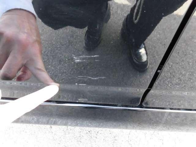 右リヤドアにある擦り傷です。