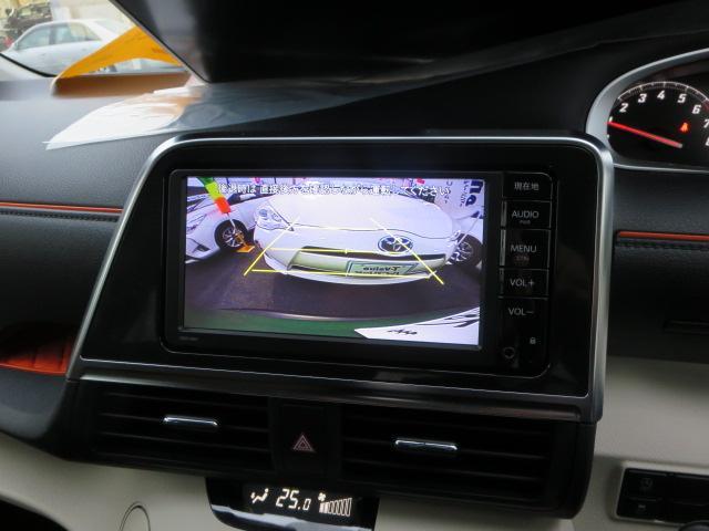フロントシートは運転席には、アームレストを装備しています。シートセンター部分からリヤシートへ移動ができるウォークスルーも便利です。