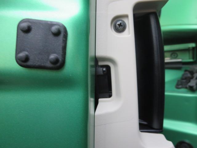運転席ドアには、小さな凹みがございます。