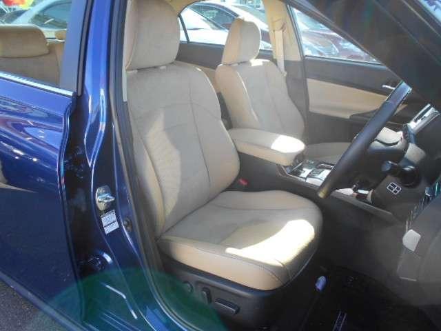 明るいベージュのシートは、革とアルカンターラのコンビ表皮で、肌触りが良く高級感があります。フロント両席ともにシートヒーターを内蔵しています。目立つ汚れの無いきれいなシートです。