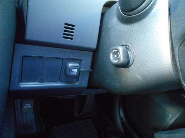 運転席左には、サイドカメラの切り替えスイッチが付いています。また、ハンドル調整は、電動式となります。