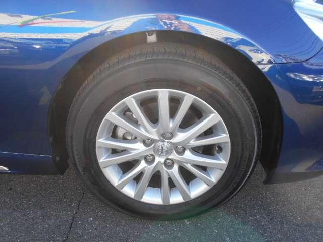 215/60/16インチの2015年製タイヤは、新車時のものです。山は前後ともに5ミリ山です。