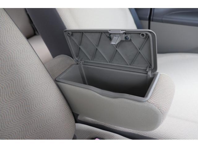 ★肘掛下収納BOX★空間を有効的に使った素晴らしい収納です。大事な物は車外から見えない所に入れておく事が防犯に繋がりますね♪