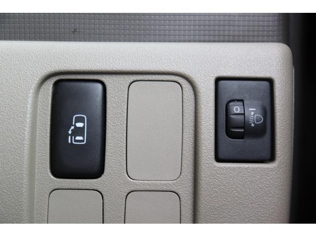 ★左リヤパワースライドドアの開閉スイッチです。後部座席に乗っているお子さんの安全を考えて、乗り降りのタイミングをお父さん・お母さん主導で見計らえますね!