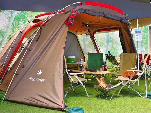 『一生懸命、あそぼう』をコンセプトに、開放感溢れるキャンプ場のようなショールーム。店内にはテントやBBQグリルなどのキャンプグッズをディスプレイ。キャンプをしながら車探しをしている様な楽しい気分!