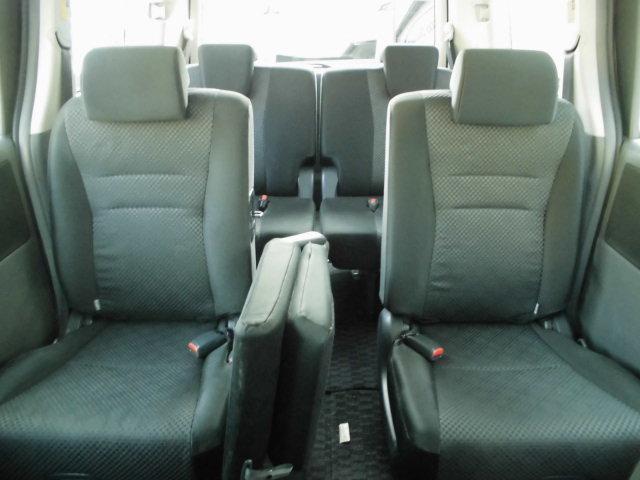 シートをたたむことができますので、サードシートのアクセスも抜群です!!