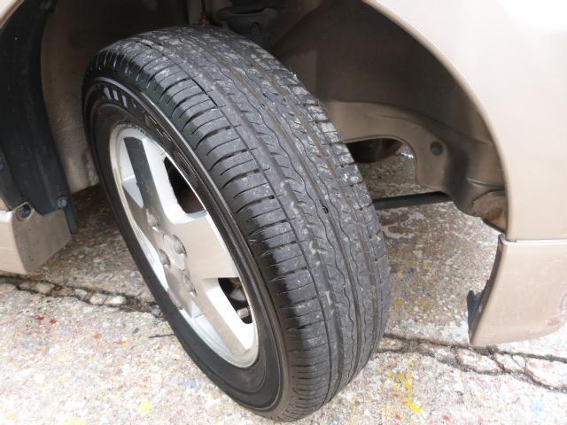 タイヤ溝もまだまだありますよ♪ホイールもアルミホイールなのでスチールホイールに比べ軽量で見た目だけではなく燃費向上にも一役買っています☆