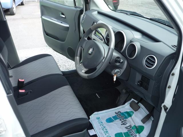 ベンチシートですので運転席も広々♪