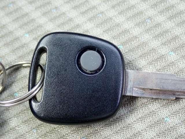 キーレスキー付きです。ボタンを押すだけでドアの開閉が楽々ですよ。♪欠かせないアイテムですね。