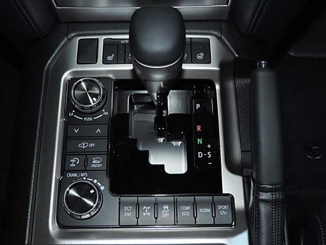 シフトはATになります。シフト左側には4輪アクティブハイトコントロールスイッチが配置されています。