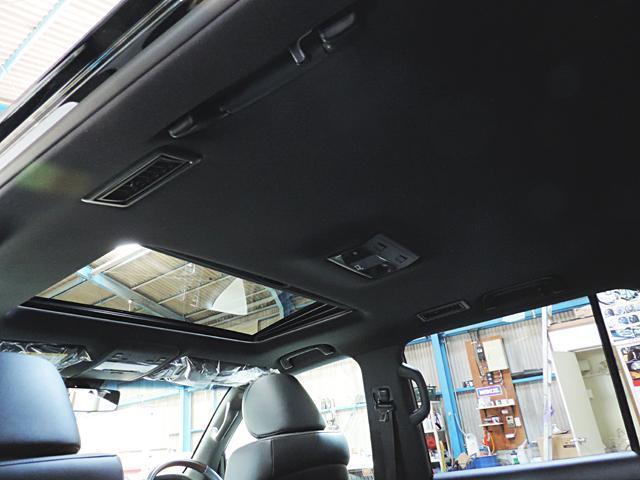 ムーンルーフ付きで車内も明るく快適です。内装は黒になります。