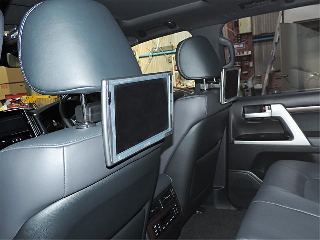 アルパイン10.2インチリヤモニタ−付きです。後部座席からリアビジョンで映像が楽しめます。