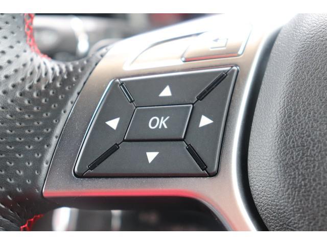 メーカーオプションのマルチファンクションステアリングを装備。ステアリングスイッチと、クルーズコントロールを装備。
