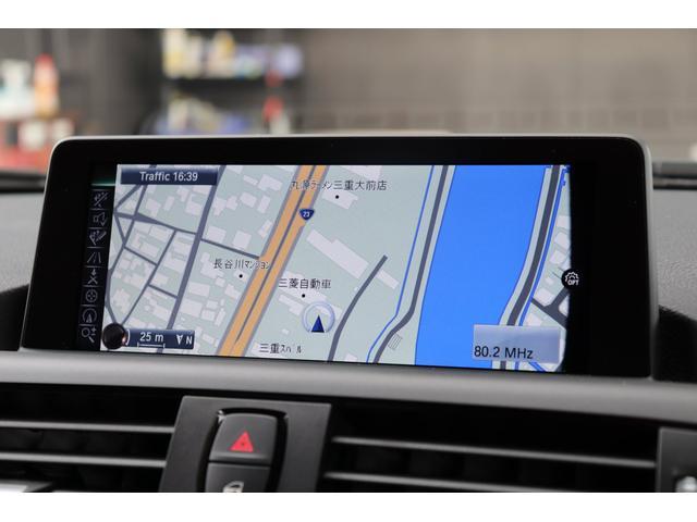 BMWのHDDナビ「iDriveナビゲーション・システム」になります。音楽の録音やDVDの再生が可能ですよ。USBインターフェースやブルートゥースオーディオにも対応。多彩なメディアをお楽しみください。