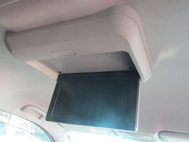 ミニバンの人気装備の一つ「フリップダウンモニター」。ロングドライブも退屈しません。