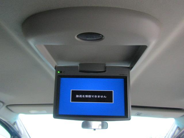 フリップダウンモニターを装備。後部座席の方もドライブを楽しめます♪