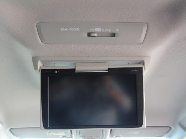 純正12インチフリップダウンモニターを装備。後部座席の方もドライブを楽しめます♪