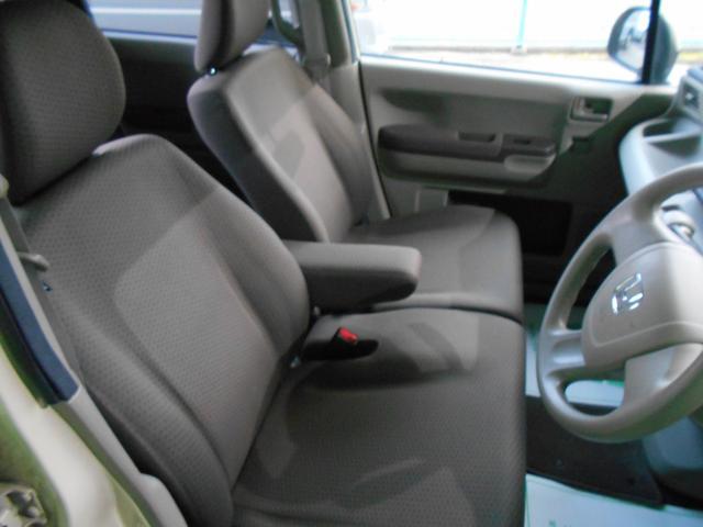 運転席ひじ掛け付のベンチシートです