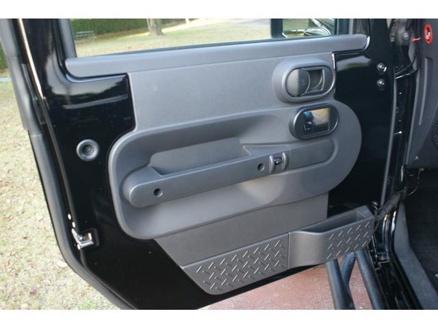 助手席には運転席から確認しやすい場所にサイドカメラのモニターが埋め込まれています♪