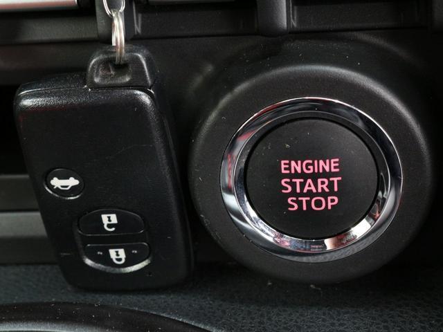 【スマートエントリー&スタートシステム】キーを操作することなく、ドアハンドルに手をかけるとドアのロックが解除。コンソールのスタートボタンを押すだけで、エンジンの始動・停止ができます。