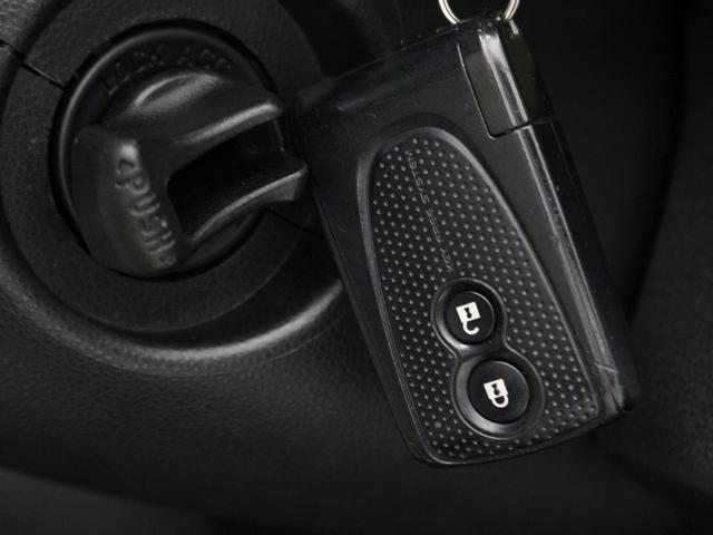 【キーフリーシステム】電子カードキーを持ってるだけでフロントドアハンドルのリクエストスイッチに触れるだけでドアを施錠・解錠、ツイストノブを回せばエンジンの始動が手軽に行えます。