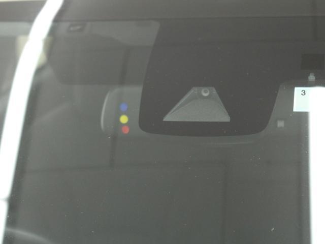 【プリクラッシュセーフティー】低速から高速まで、ミリ波レーダーと単眼カメラが車両や歩行者[昼]などを検知。衝突の可能性があると判断した場合には、警報を発して被害軽減をサポート。