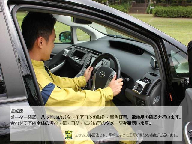 運転席メーター確認、ハンドルのガタ・エアコンの動作・警告灯等、電装品の確認を行います。合わせて室内全体の汚れ・傷・コゲ・におい等のダメージを確認します。