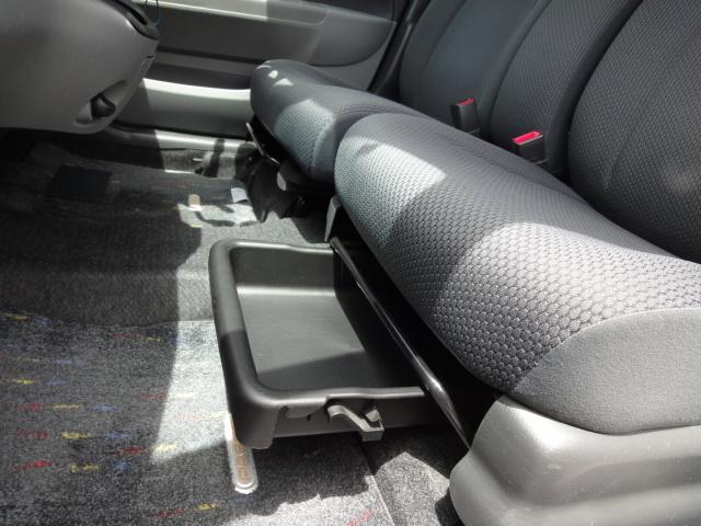 シート下にも収納スペースがあります。