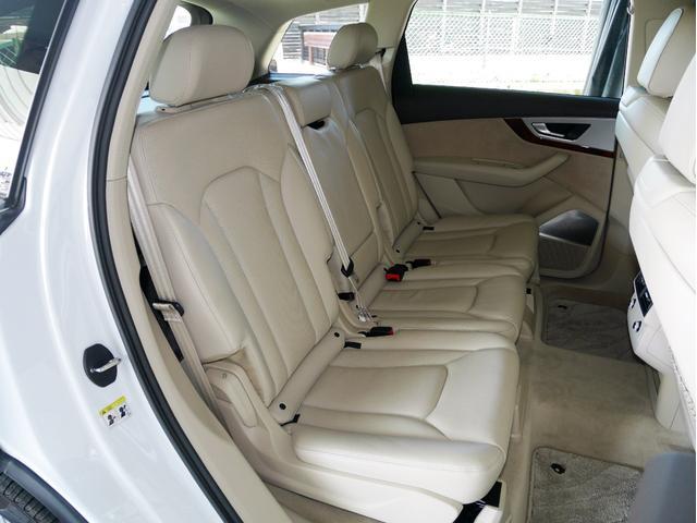 足元広々の座り心地良好後席ですよ。ドライブ中、長い間同じ体勢で居るのって大変ですよね。長く座っているものだから、リラックスできるシートがいいですよね。