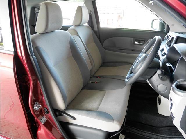 フロントベンチシートなので運転席足元もゆったり、広々快適です!