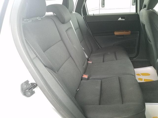 ご覧の通り 後席は、あまり使用感も少なく、クリーンな状態が保たれております!
