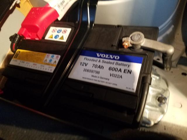 ボルボ純正バッテリーが使用されています!このあたりも中古輸入車をお選び頂く上で重要な要素の一つです!