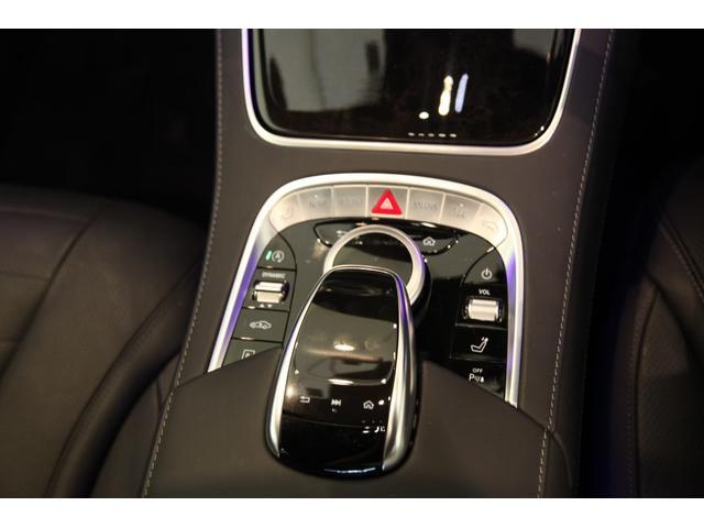 センターのタッチパッドで各種操作も可能です。両サイドに配置されているスイッチは走行モード切替スイッチやリフトアップのスイッチが配置されています。