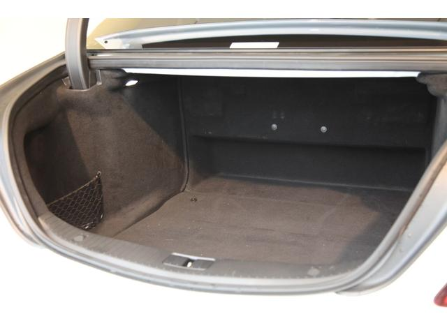 ラゲッジスペースも十分な容量が確保されております。パワートランクゲートも装備されております。